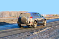 SUV在高速公路的冬天进来 库存图片