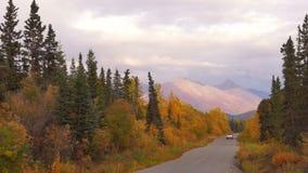 SUV旅行遥远阿拉斯加路秋天冬天接近 股票视频