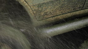 SUV特写镜头轮子得到了在泥的与水和泥飞溅的stuk和滑动  股票录像