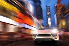 SUV à la grande vitesse dans la Times Square Photographie stock libre de droits