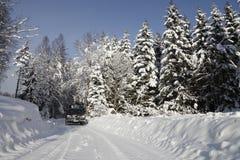 Suv, αυτοκίνητο, που οδηγεί μέσω του χιονώδους τοπίου Στοκ εικόνα με δικαίωμα ελεύθερης χρήσης