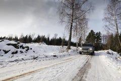 Suv, αυτοκίνητο, που οδηγεί μέσω του χιονώδους τοπίου Στοκ Εικόνες