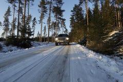 Suv, αυτοκίνητο, που οδηγεί στους χιονώδεις όρους Στοκ Φωτογραφίες