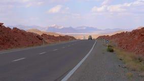 SUV κινείται κατά μήκος του δρόμου στην κατεύθυνση της rutting κορυφογραμμής απόθεμα βίντεο
