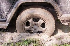 SUV που αποκτάται κολλημένο στη λάσπη, κινηματογράφηση σε πρώτο πλάνο ροδών Στοκ φωτογραφία με δικαίωμα ελεύθερης χρήσης