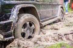 SUV που αποκτάται κολλημένο στη λάσπη στο δασικό, πλαϊνός στοκ εικόνες με δικαίωμα ελεύθερης χρήσης