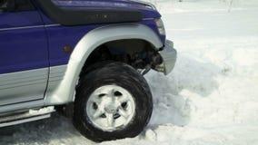 SUV едет на дороге в лесе зимы акции видеоматериалы