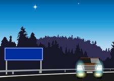 SUV на дороге в древесинах бесплатная иллюстрация