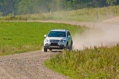 SUV на дороге горы Стоковые Фотографии RF