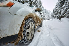 SUV на дороге горы Стоковые Изображения