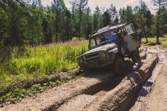 SUV сломало вниз на дороге в большой грязи Стоковые Фото