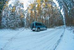 在雪的Suv 图库摄影