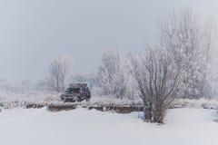 SUV abandonado en una colina en la nieve Fotos de archivo libres de regalías
