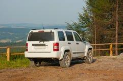 SUV au stationnement de montagne Photographie stock libre de droits