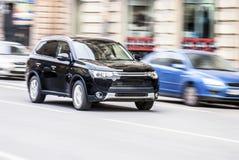 SUV auf hoher Geschwindigkeit in der Stadt stockbilder