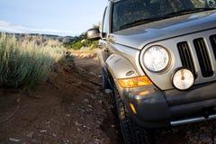 SUV auf Spur durch Berge Lizenzfreie Stockfotos