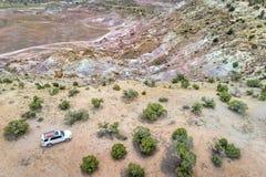 SUV-Auto auf Wüste - Vogelperspektive Lizenzfreies Stockfoto
