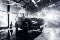 SUV-Auto am Autowäschen Stockfoto
