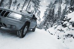 Suv, auto, die in sneeuw gevaarlijke voorwaarden drijven Royalty-vrije Stock Foto