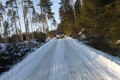 Suv, auto, die in sneeuwvoorwaarden drijft Royalty-vrije Stock Foto's