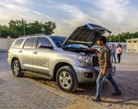 SUV-auto 4x4 op de woestijn van Doubai royalty-vrije stock foto