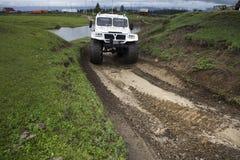 SUV avec les roues énormes photo libre de droits