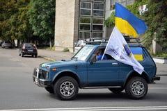 SUV avec un drapeau ukrainien Images stock
