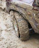 SUV-band in de modder Royalty-vrije Stock Afbeelding