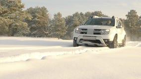 SUV bianco che guida per inverno fuori dalla strada video d archivio