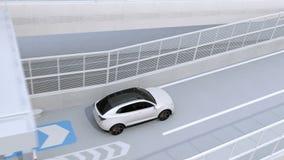 SUV bianco che passa tramite il casello senza fermata dal sistema elettronico della raccolta del tributo ecc video d archivio