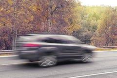 SUV bil i rörelse under nedgångsäsong royaltyfri fotografi