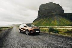 SUV bil Loppbegrepp med den stora sporten 4x4 och den moderna bilen i berg iceland royaltyfri bild