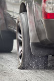 SUV bil som körs på det plana gummihjulet Royaltyfri Foto