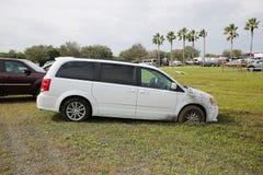 SUV blanco pegado en fango Fotografía de archivo
