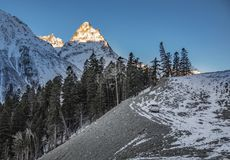 Suv blijft over de heuvel onder het dageraadlicht, Elbrus, Rusland Royalty-vrije Stock Foto's
