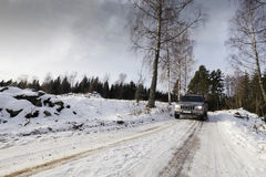 Suv, carro, conduzindo com a paisagem nevado Foto de Stock