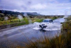 SUV che guada fiume Fotografia Stock