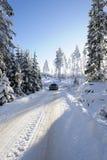 Suv, coche, conduciendo en paisaje del invierno Fotografía de archivo