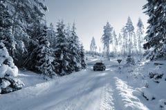 Suv, coche en los caminos nevosos Foto de archivo libre de regalías