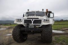 SUV con las ruedas enormes fotografía de archivo libre de regalías