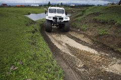 SUV con le ruote enormi Fotografia Stock Libera da Diritti
