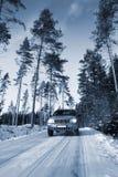 Suv, conducción de automóviles en el camino nevoso Imagen de archivo libre de regalías