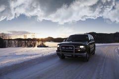 Suv, conduciendo con paisaje del invierno Foto de archivo