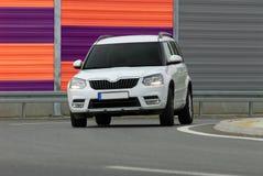 SUV conduisant trop rapide Image stock