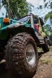 SUV dans la jungle tropicale - risquez 7 mars 2013 l'enthousiaste de voiture pataugeant une rivière rocheuse utilisant la voiture Photo stock