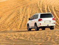 SUV dans le désert Photographie stock libre de droits