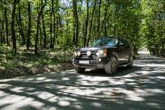 SUV dans le forrest photos stock