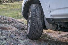 SUV, das Straße in den Bergen abtreibt Stockfotos