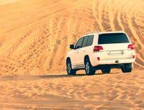 SUV in de woestijn Stock Fotografie