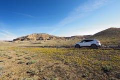 SUV in der Wüste Lizenzfreie Stockfotos